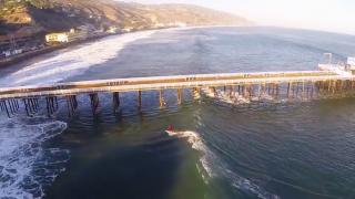 【空撮動画、正面動画】桟橋の間もくぐるロングライドのロサンゼルスマリブのサーフムービー