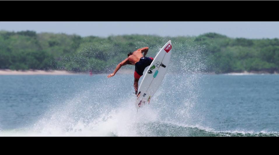闘鶏(とうけい)とサーフィンのMIX動画:Marc Lacomare(マーク・ラコマレ)