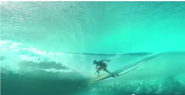 タヒチの水中からチューブ動画、こんな海に行ってみたい!