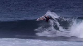 【動画】まさに神技!!アクション後、波に揉まれながら、もう一度ライディングする奇跡の2ショット