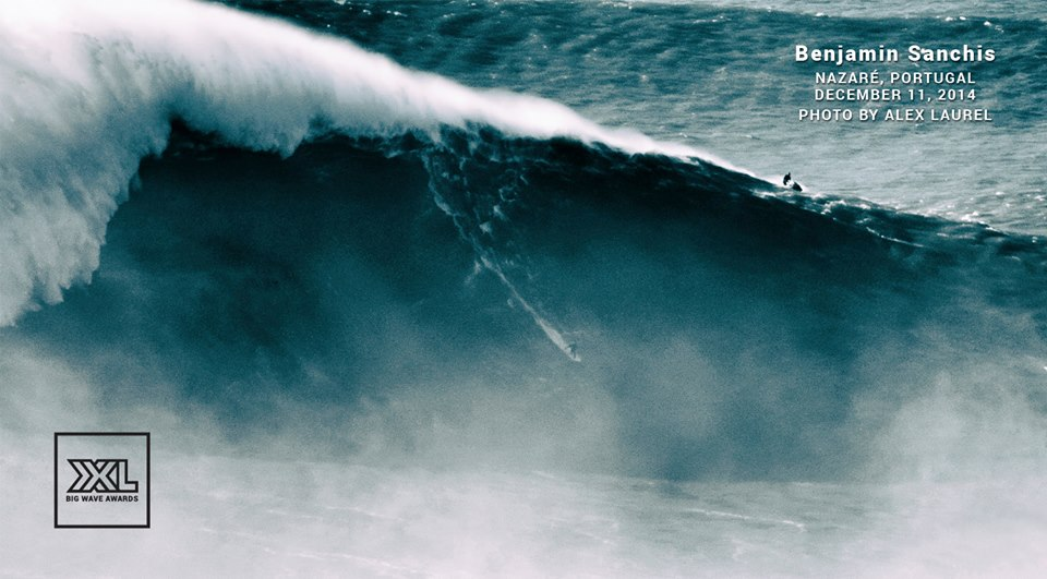 HawaiiのJawsでの大波ライディング後にたたえ合うハイタッチ!
