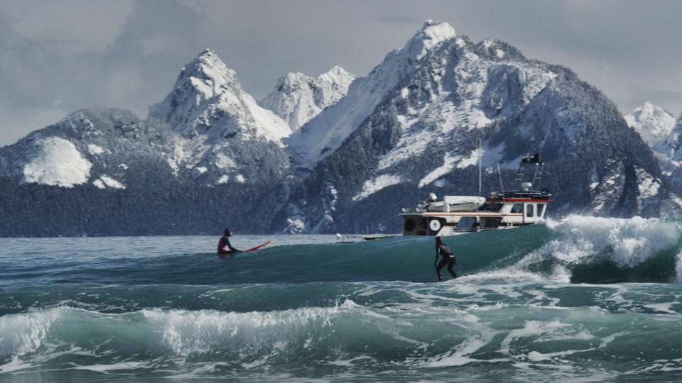 Julia Mancuso(ジュリア・マンカソ)のアラスカでのサーフセッションフォト