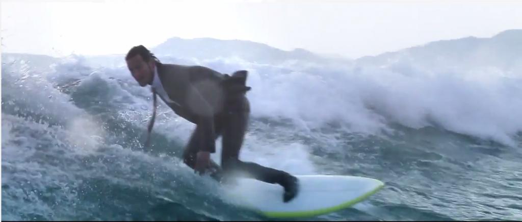 スーツ姿でキレキレのサーフィン!QUIKSILVERのウエットスーツ素材のスーツのCM