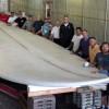 【画像】ハンティントンビーチシェイプギネス世界記録のために42フィート(12.8メートル)サーフボードを作成