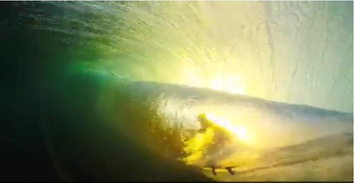 チューブライディングした波の裏側から撮影した12秒のショートムービー