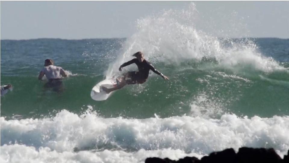海が混んでいても気にしない〜JOHN JOHN FLORENCE(ジョンジョンフローレンス)のサーフライディング動画