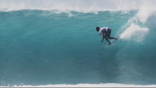 【動画】 マウイ島のノースショアでのプロサーファー3人のチューブライディングセッション