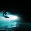 【動画】人工な波を作るWavegardenで5人のサーファーが送る、幻想的なナイトサーフィンライトショー