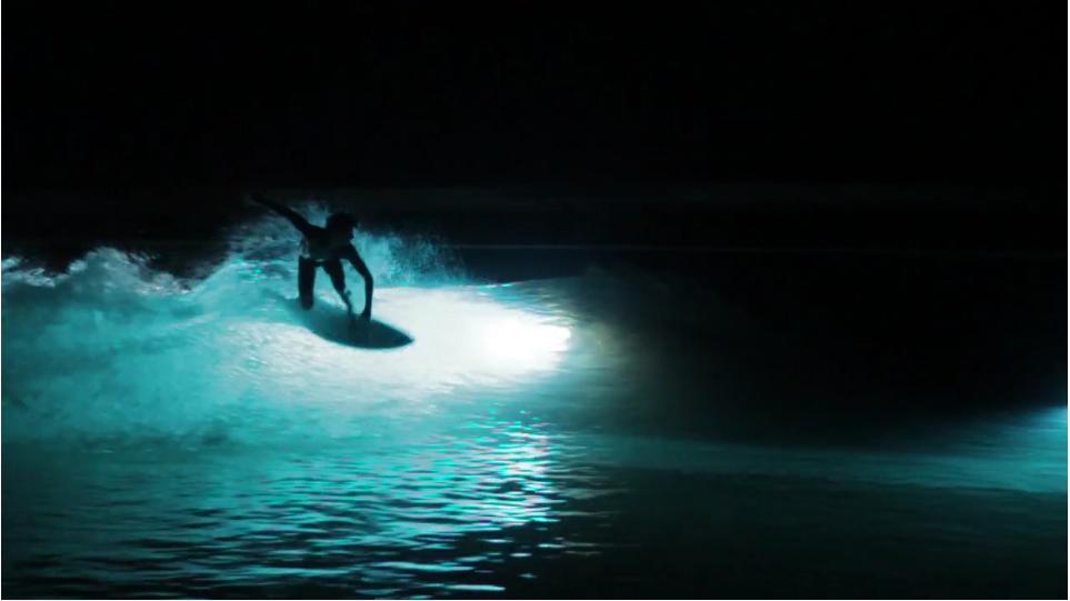 人工な波を作るWavegardenで5人のサーファーが送る、幻想的なナイトサーフィンライトショー
