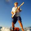 【動画】Michael Dolsey(マイケル・ドルシー)はスタンドアップパドルに乗りながら、アンプを介してエレキギターを弾きます。