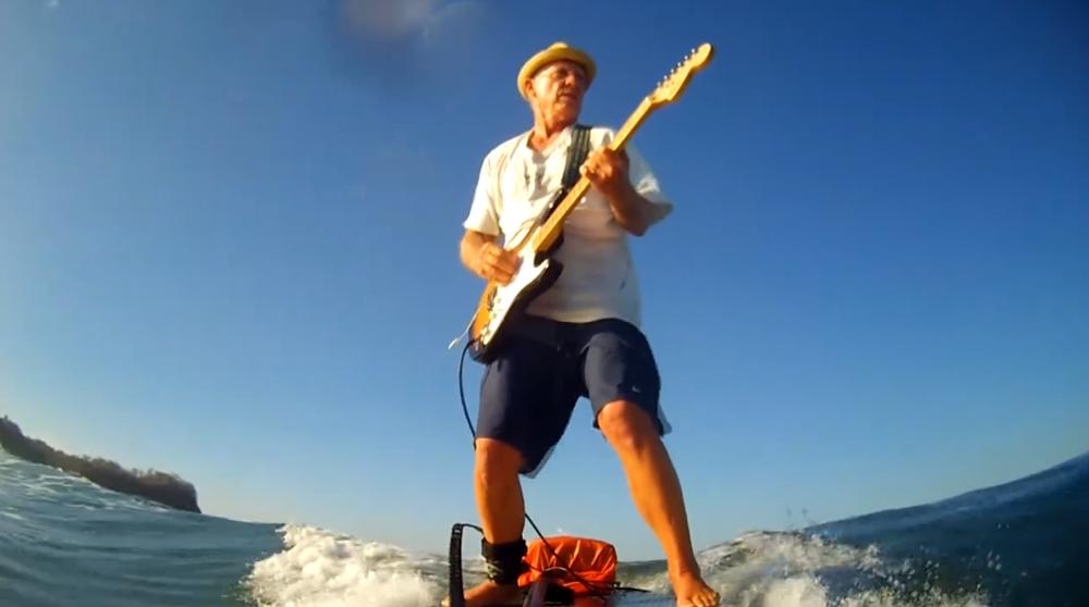 Michael Dolsey(マイケル・ドルシー)はスタンドアップパドルに乗りながら、アンプを介してエレキギターを弾きます。