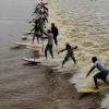 【動画】こんな集団でサーフィン?ブラジルポロロッカの波を楽しむサーファー
