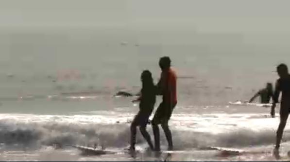 盲目のHaben Girmaはサーフィンをチャレンジ