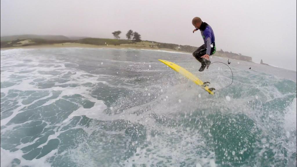 サーフィンでスケボーのキックフィリップを披露するZoltan Torkos(ゾルタン・トルコス)