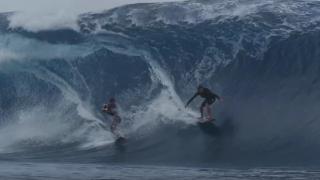 【動画】大波の映像を求めてタンデムでチューブをくぐる
