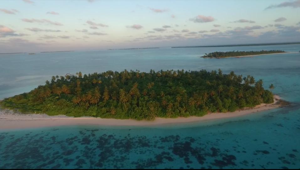 モルディブの南環礁マーレでサーフィン