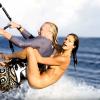 【動画】羨ましいギネス記録!美女を乗せてカイトサーフィン