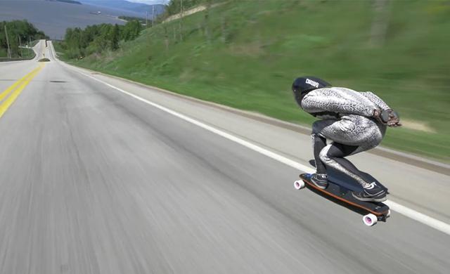 世界催促の新記録、下り坂スケートボーダー