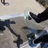 【動画】ガラススケートボードに乗ることを試みたが・・・・・