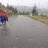 【動画】土砂降りの雨でダウンヒルスケートボード