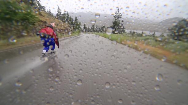 土砂降りの雨でダウンヒルスケートボード