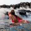 【動画】よい子は絶対マネしちゃだめハワイで溶岩を目の前にサーフィン