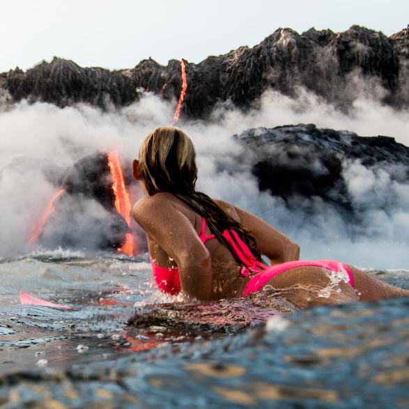 よい子は絶対マネしちゃだめハワイで溶岩を目の前にサーフィン