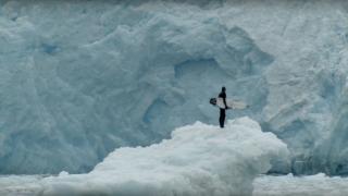 【動画】暑い夏にお届け!氷山が崩れて発生する波等にライディング