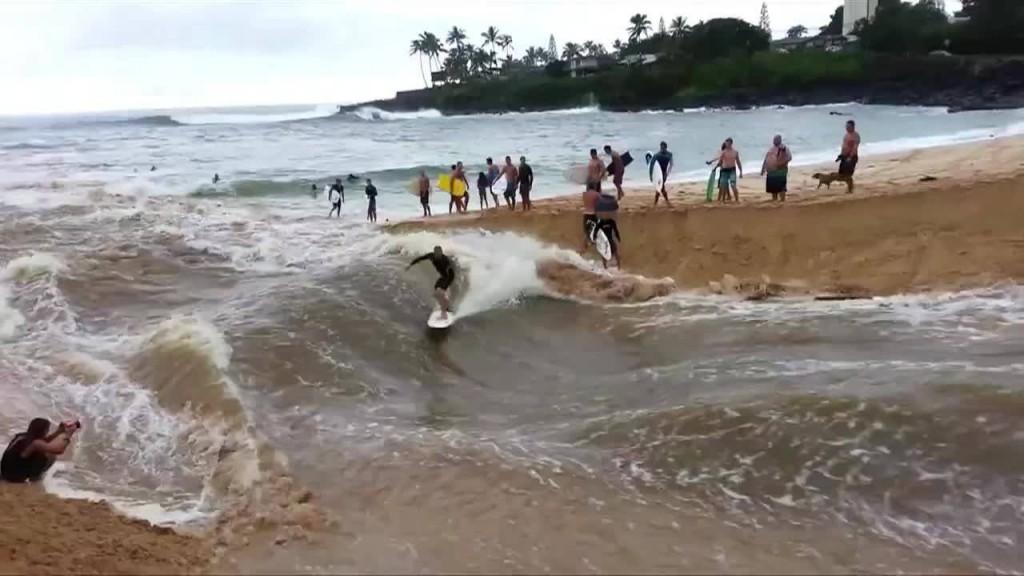 ハワイで川の増水をうまく使ってサーフィン