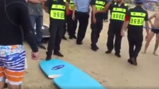 【動画】サーフィン禁止のビーチで起こった男性の末路
