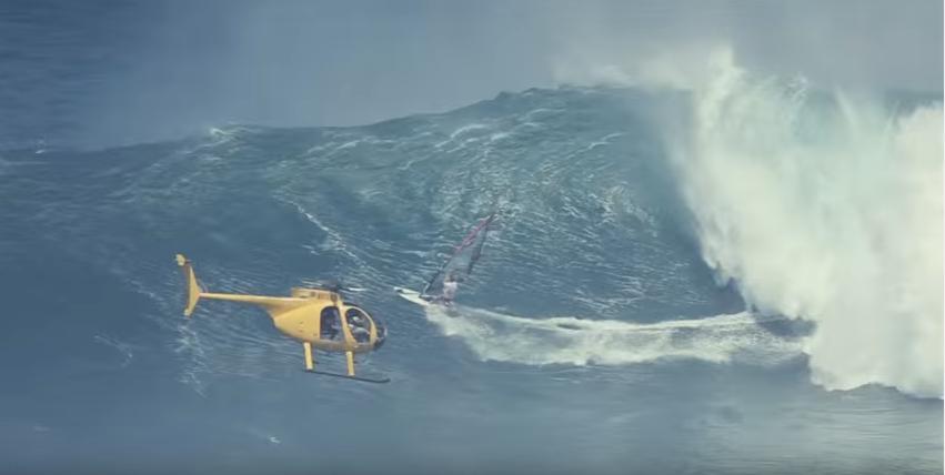 ウインドサーフィンでヘリまで登場