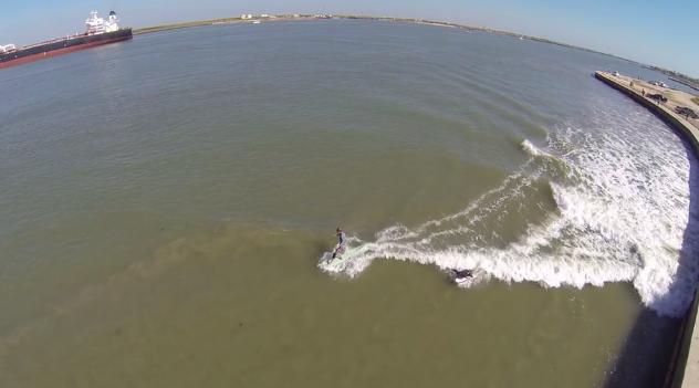 巨大タンカーの発生した波でサーフィン