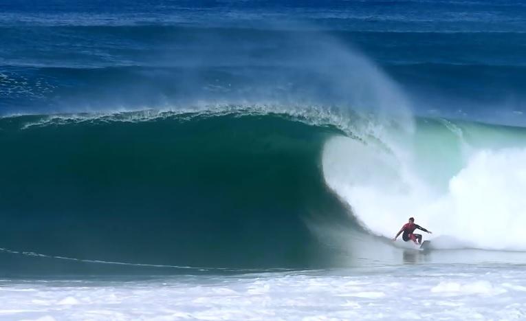 波のコンディションが常に変化するホセゴーの8フィートセッション