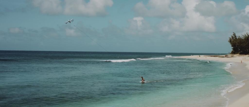 ドローンで引っ張ってもらってハワイの波にスキムボードでチャレンジ