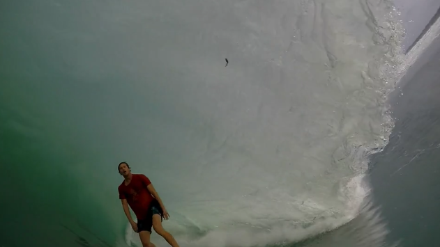 波を追いかける25歳のサーファー1年間