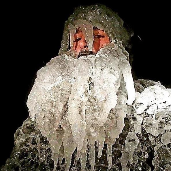 恐るべし五大湖の極寒サーフィン!