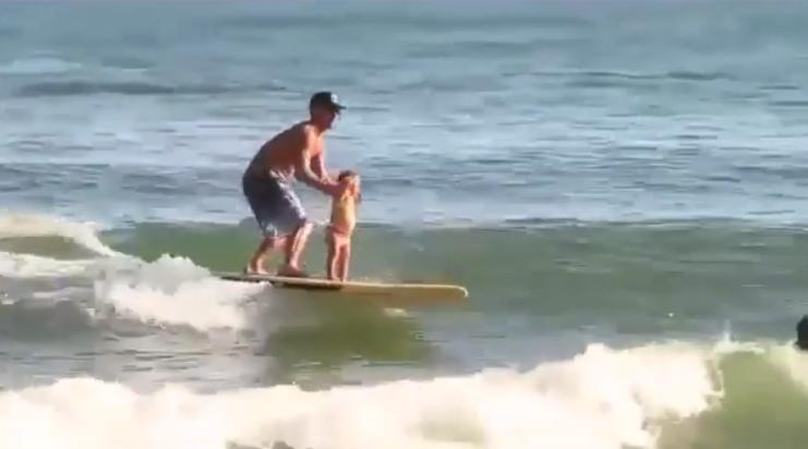 こんなお父さん最高!子供をサーフボードに乗せ一緒にライディング