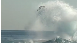 【動画】ボディーボーダーが波と波にぶつかった所へライディングその後・・・