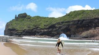 【動画】南アフリカの洞窟から出る波をライディング