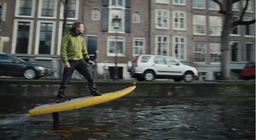シティーサーファー電動サーフボードで川をクルージング