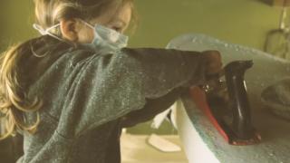 【動画】2歳のキュートなサーフボードのシェイパー