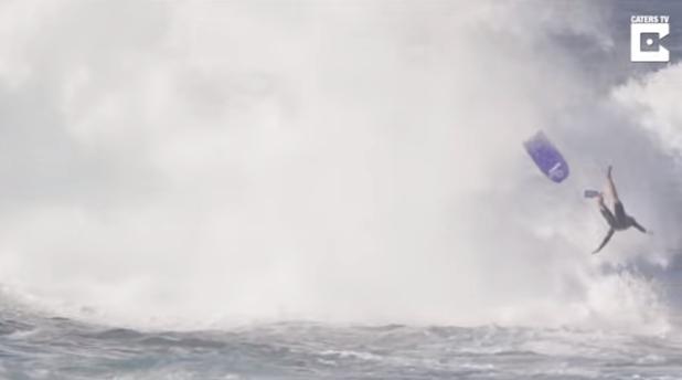 強烈なバックウォッシュでボディーボーダーが飛ぶ