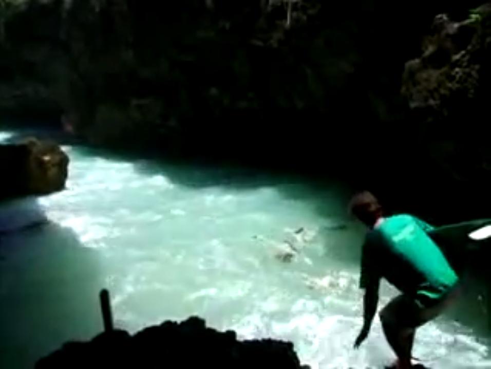 バリのサーフスポットは洞窟の中からゲット