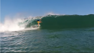 【動画】インサイドで崩れるショアブレイクでのクレイジーサーフィン