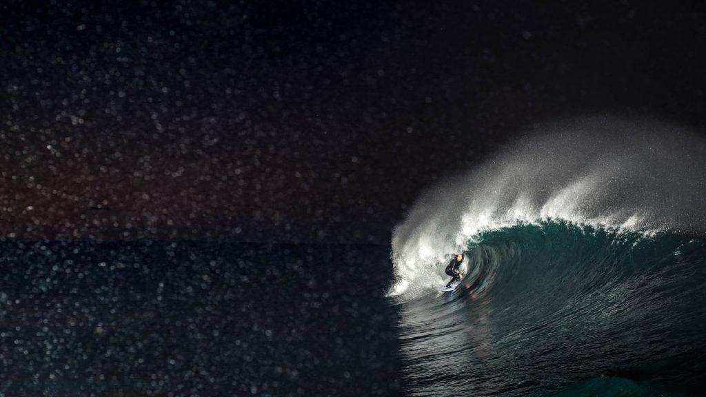闇の中!夜明け前の海をプロサーファーが挑む