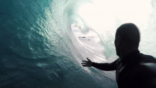 【動画】波があるならどこにでも!モアイ像で有名なイースター島でサーフセッション