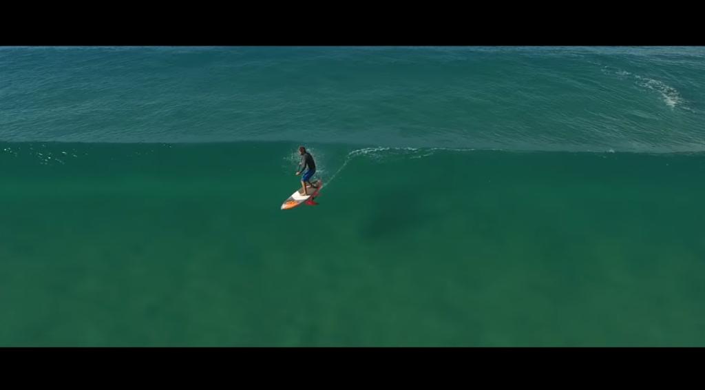 ハイドロフォイルサーフボードで透明度の高い波へライディング!