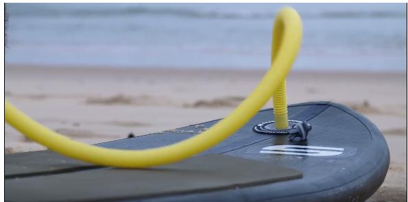 空気を入れて携帯できるSUP型ショートボード(AIR SURF 6)