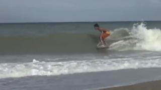 【動画】フィリピンの子供は板からスキムボードを作成して波に乗る!