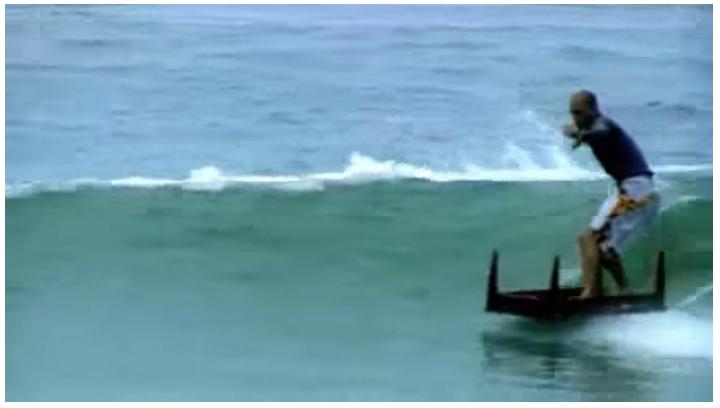 ロブマチャドとケリースレーターなどが、身近にある家具等でサーフィン